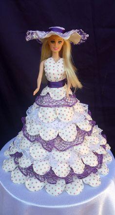 Boneca tipo Barbie com vestido feito em E.V.A  O vestido pode ser feito em qualquer cor.  Temos também outros modelos de vestido.  Confiram em nossos produtos. R$ 67,36