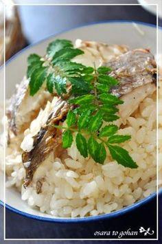 「炊飯器で簡単!豪華!鯛めしです☆」軽くグリルした鯛を入れて、炊飯器で普通に炊くだけ。すごい簡単 ヽ(*´∀`)ノちょっと良い昆布と新鮮な鯛、摘みたての木の芽があれば、それだけで美味しいのです♪【楽天レシピ】