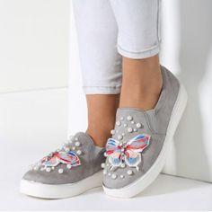 Letos so modni čevlji z volančki in metuljčki. Preveri kakšni - Volančki so krasili poletne majice, sandale, krila in celo hlače. Prihajajo resnejši jesenski dnevi, ko se odenemo v temnejše tone in zaprto a kljub temu lahkotno obutev. 🌸🌸pride čas, ko bodo nas modni styling krasili metulji, čipka. Nosili Jih bomo na broška, torbicah in še kje :-) 🌸🌸 Zate sem pripravila modno kolekcijo slip on čevljev, ki ti bo polepšala pozno-poletni korak z lahkotnostjo in skrbno spletnim metuljem,ki bo…