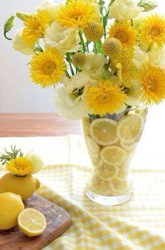Lemon tablescape: lemons and yellow are just perfect! Confiteria Ideas, Table Arrangements, Floral Arrangements, Flower Arrangement, Yellow Flowers, Beautiful Flowers, Yellow Vase, Flowers Vase, Yellow Cottage