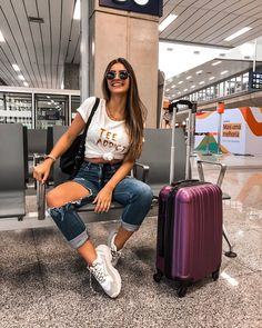 A imagem pode conter: 1 pessoa, sapatos Cute Airport Outfit, Airport Style, Cute Travel Outfits, Cute Outfits, New York City Pictures, Photo Voyage, Creative Instagram Photo Ideas, Airport Photos, Elegant Wedding Hair