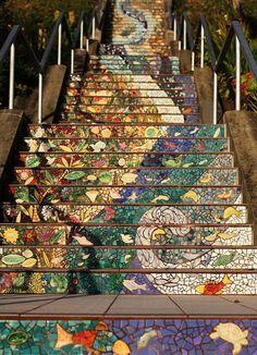 uma obra de arte em mosaico na escadaria localizada na Avenida 16, em São Francisco na Califórnia - uma criação da arquiteta Aileen Barr e da artista Colette Crutcher