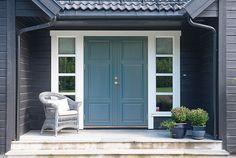 Bilderesultat for inngangsdør Exterior Door Colors, Exterior Doors, Interior And Exterior, Nordic Home, Scandinavian Home, House Trim, Front Door Design, Cabin Interiors, Modern Kitchen Design