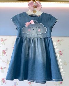 A imagem pode conter: pessoas em pé - Little Girl Dresses, Girls Dresses, Flower Girl Dresses, Baby Dress Design, Girl Dress Patterns, Kids Frocks, Toddler Girl Dresses, Baby Sewing, Kids Girls