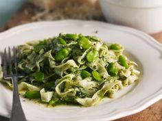 Pasta mit Saubohnen und Pesto ist ein Rezept mit frischen Zutaten aus der Kategorie Nudeln. Probieren Sie dieses und weitere Rezepte von EAT SMARTER!