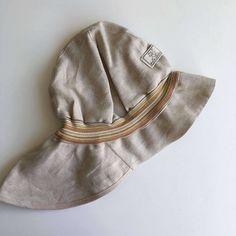 Pălărie din materiale exclusiv organice.  - 100 % in organic din culturi controlate biologic kbA. Tesătura de in este lipsită de aditivi chimici.    Este o super pălărie de soare  pentru cei mici și mari, le protejează capul, fața, gâtul și umerii de razele soarelui în plimbări, la mare sau drumeții.  Mărimi pălărie de la 48(bebeluși,copii)  până la 56(adulți- femei și bărbați).   Produsele Pickapooh sunt fabricate în Germania. Marie, Winter Hats, Model, Fashion, Firefighter, Tricot, Moda, Fashion Styles