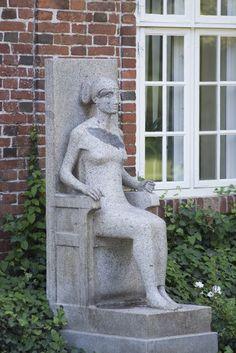 #Rendsburg Vornehm, streng und herrschaftlich sitzt die junge Frau auf ihrem thronartigen Stuhl, ganz aufrecht mit hoher Lehne. Alles an der Figur wirkt gestrafft und gespannt,von der Körperhaltung bis zur F...