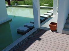 Die Dunkelbraunen WPC Terrassendielen Grenzen An Die Poolfläche Mit  Betonakzenten