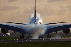 Γιατί «καπνίζουν» τα ελαστικά των αεροπλάνων;