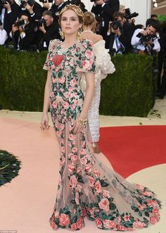 Zoey Deutch attended the Met Gala 2016 in a gorgeously intricate floral Dolce & Gabbana gown, which she paired with a golden floral crown and large jeweled earrings. Red Carpet Dresses 2016, Gala Dresses, Evening Dresses, Hollywood Fashion, Filipiniana Dress, Fashion Vestidos, Met Gala Red Carpet, Zoey Deutch, Lesage