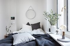 A small bedroom usually offers many torment locations when it arrive to interior decor and stowage space. So we came up with 10 Small Bedroom Design Tips th Home Bedroom, Bedroom Decor, Bedroom Ideas, Bedroom Signs, Bedroom Rustic, Master Bedrooms, Bedroom Apartment, Wall Decor, Camas King