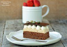 Entremet cu ciocolata si praline - un nume care suna sofisticat, dar care de fapt nu inseamna decat o prajitura delicioasa in mai multe straturi cu arome felurite. Principala componenta a acestei prajituri este ciocolata. Ciocolata o defineste si o face sa fie atat de buna. Alaturi de ciocolata am adaugat si un ingredient nou, si anume praline. Ce este praline? Este un produs fratuzesc. O crema ( ca sa ii zicem asa ) obtinuta din alune caramelizate. Despre praline v-am vorbit si la reteta de…