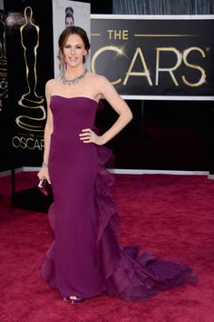 If a fashion choice can reaffirm your love for someone, it just happened for us with Jennifer Garner and this purple Gucci creation #Oscars