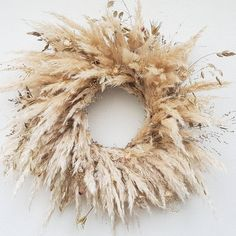 A once-popular trend, pampas grass is making a resurgence, popping up everywhere from interiors to weddings. Pampas grass (Cortaderia Selloana) is a South American plant native to Argentina, Brazil, and Chile. It grows feathery plume grass in shades of… Diy Fall Wreath, Autumn Wreaths, Christmas Wreaths, White Wreath, Burlap Christmas, Christmas Decor, Xmas, Holiday Decor, Dried Flower Wreaths
