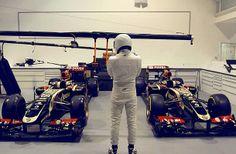 Topgearský #Stig nezvaným hostem v továrně týmu #LotusF1.