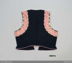 2 livstycken av samma typ a och b. a. av klarröd tunn vadmal. 2 framstycken/sidstycken och ett ryggstycke, skarvat mellan sida och rygg med smal bit. Små infällda skörtkilar i sidorna och i ryggen 3 skörtveck. Längs framkanter och halsringning fram samt runt ärmhål pålagda 5 cm breda vita sidenband med stiliserat blommönster i rosa och grönt . Framkanterna något svängda, knäppning nere mot midjan med 6 par hakar och hyskor av mässing, upptill ingen knäppning. Foder av oblekt linnelärft. ... Smal, Folk, Peplum, Women, Fashion, Moda, Popular, Fashion Styles, Forks