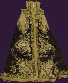 Επενδύτης γυναικείος (πιρπερί) με κεντημένο φυτικό διάκοσμο. Μαλλί, βαμβάκι, μετάξι, χρυσόνημα. 19ος αιώνας, Ιστορικό Μουσείο Κρήτης Greek Traditional Dress, Costumes Around The World, Gold Work, Vintage Jacket, Beautiful Outfits, Greece, Chic, Womens Fashion, Folk Costume