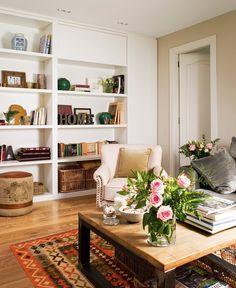 La reforma y gran transformación de un piso oscuro y alargado Sweet Home, Cozy Corner, Cottage Interiors, Apartment Living, Home Furnishings, Living Room Decor, Bookcase, House Design, Interior Design