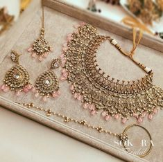 Awesome 33 Trendy Indian Bridal Jewelry Designs Ideas That You Must Try Bridal Jewellery Inspiration, Indian Bridal Jewelry Sets, Indian Jewelry Earrings, Jewelry Design Earrings, Jewelry Ideas, Antique Jewellery Designs, Fancy Jewellery, Indian Jewellery Design, Diamond Jewellery