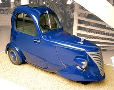1941 DAF, one person city car - nicknamed 'The Raincoat '('Regenjas').... from what I understand; DAF - a British & a Dutch company both operating under the same name of DAF at the same time - I'm not sure which this vehicle is attributed to...