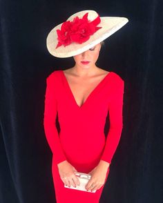 Valentina se viste en un clásico; Trendy Dresses, Nice Dresses, Casual Dresses, Derby Outfits, Races Fashion, Fancy Hats, Party Wear, Lady In Red, Red Wedding
