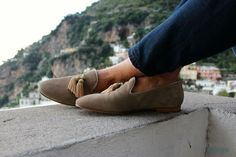 The Bespoke Dudes relaxing and wearing Superglamourous Slippers in the beautiful Positano! Discover these luxury shoes at WWW. Suede Shoes, Leather Shoes, Shoe Boots, Velvet Slippers, Outfits Hombre, Fashion Shoes, Mens Fashion, Derby, Men Accessories