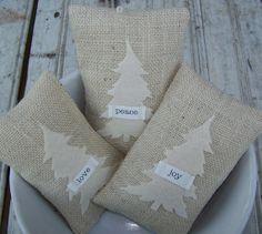 Jolis petits coussins de Noël à fabriquer, toile de jute, sapin en feutrine douce, petite étiquette de toile.
