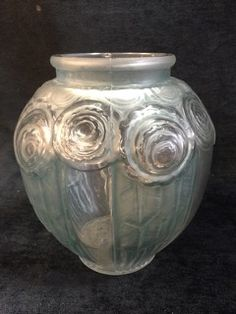 ART DECO ERA ANDRE HUNEBELLE SIGNED ROSE VASE. THIS CIRCA 1920S-1930S LALIQUE STYLE FRENCH VASE MEASURES 6.5 INCHES IN HEIGHT AND HAS BLUE STAIN ON THE TEXTURED PANELS. A COUPLE OF SHALLOW INNER RIM CHIPS PRESENT, OTHERWISE VERY GOOD CONDITION. GREAT COLLECTORS PIECE