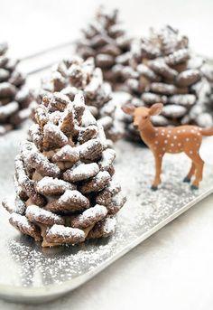 【チョコレート松ぼっくり】 これ、本物に見えません? クリームとチョコシリアルの組み合わせで簡単に作ることができますよ! 〈材料〉 四角いかたちのチョコシリアル、プレッツェル、ピーナッツバター、チョコヘーゼルナッツスプレッド、バター、粉砂糖をそれぞれ適量 〈作り方〉 バター類とスプレッドを混ぜ合わせ、プレッツェルを芯に円錐形にクリームを成型します。クリームにシリアルを交互に重なるように差していくだけ! 最後に粉砂糖をふりかけてできあがり。