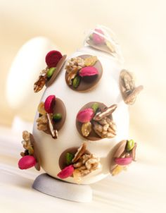 Callebaut - The lolly Egg by Alexandre Bourdeaux Make Your Own Chocolate, Homemade Chocolate, Easter Chocolate, Chocolate Art, Easter Egg Designs, Easter Ideas, Chocolates, Sublime Chocolate, Chocolate Showpiece
