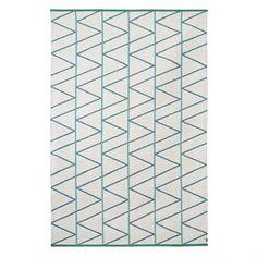 Ce beau tapis en laine Pine de britta Sweden est en laine de la meilleure qualité. Son motif graphique existe en différentes couleurs. À vous de choisir celle qui vous convient le mieux.