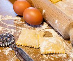 Gli agnolotti sono un tipo di pasta ripiena della tradizione piemontese. La variante di seguito proposta prevede una farcitura di ricotta e spinaci.