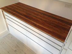 Ett exempel på köksbänkar görs i kundens lägenhet. Plattorna är tillverkade på samma sätt som vanlig Rebuild Design. Bänkskivor, dvs. limmade brädorna, hvor pladen efterfølgende er b...
