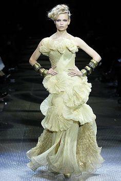 Armani Privé Parigi - Spring Summer 2008 Haute Couture - Shows - Vogue. Gold Prom Dresses, Dresses 2013, Summer Dresses, Gold Dress, Party Dresses, Fashion Week, Fashion Show, Fashion Design, Fashion Fashion