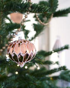 Counting Down the Days Nog 3 dagen….En dan is het al kerst! Ik zei het al eerder, maar deze kerst lijkt er dit jaar wel sneller te zijn. Dus nog net binnen de tijd, een berichtje met foto's bij ons thuis. En om de schade een beetje in te halen, plaats ik de dagen voor kerst elke dag nog een blog. Deze foto's maakte ik van de week, inmiddels hangt hij al een stuk voller. Weer geen bonte kerstboom Een bonte, vrolijke, gekleurde boom waar alle decoratie een eigen verhaal heeft. Die totaal niet…