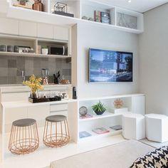 ✨💡Amei a proposta dessa sala! A cozinha integrada com a sala ... tudo em tons claros, maravilhoso não é mesmo? ❤️ 👩🏼💻Chris Silveira arquitetura Small Living, Home And Living, Small Apartments, Small Spaces, Tv Cabinet Design, Living Comedor, Living Room Tv, Apartment Interior Design, Sweet Home