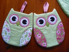 These Owl Pot Holders Will be Fun in Any Kitchen - Quilting Digest Owl Patterns, Quilt Patterns, Sewing Patterns, Quilting Projects, Sewing Projects, Fabric Crafts, Sewing Crafts, Owl Sewing, Quilted Potholders