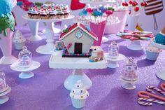 A festa Candy Party foi produzida com muitos bombons, chocolates, balas, além do astro principal: o sorvete. Tudo em tons de rosa, lilás e creme. Confira!