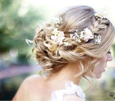 gorgeous floral hair for the bride #weddinghairstyles