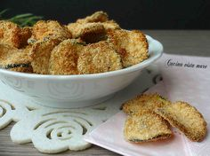 Le chiamano chips di zucchine perché queste saporitissime rondelle di zucchine impanate e cotte in forno, sono uno snack che andrà a ruba!