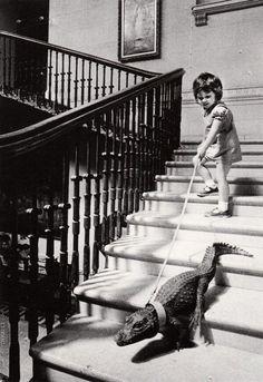 Una niña camina con su cocodrilo, 1962. Fotografía de John Drysdale.