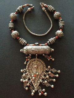 Joias Étnicas... Colar em Prata e Coral vermelho e negro, Yemen