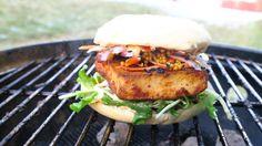 Vegansk burger med ssamjang og syltede sennepsfrø