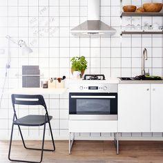 Moderne, Weisse Küche Mit HÄGGEBY Fronten Und Freistehenden Elementen