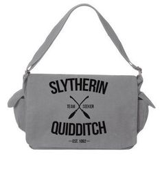 Sac de messager gris de Quidditch de Serpentard par LucyGooseCo