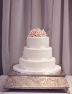This beautiful white wedding cake is decorated with pearls and fresh roses Cute Jewelry, Beautiful Cakes, Vanilla Cake, Wedding Cakes, Desserts, Recipes, Food, Wedding Ideas, Wedding Gown Cakes