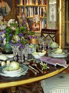 As mesas de Howard Slatkin seguem o mesmo requinte de tudo que ele faz. Com louças maravilhosas que ele compõe com objetos decorativos, fa...