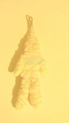 Приступаем к обматыванию каркаса ватой. Для этого нужно от целого рулона отмотать немного ваты и с двух сторон промазать клеем ПВА, можно налить клей в миску и промакивать вату. Cotton Crafts, Christen, Christmas Deco, Decorative Bells, Easter, Diy Crafts, Wool, Spun Cotton, Sculpture