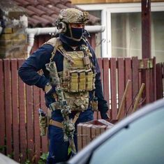 British 22 SAS operator on an anti-terrorism raid in Newcastle, England, December 2018 Sas Special Forces, Military Special Forces, Special Air Service, Special Ops, Combat Gear, Military Pictures, Army Pics, Military Police, Military Jokes