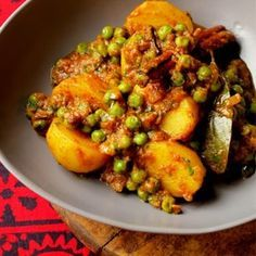 Aloo Mutter (Peas & Potato Curry) – the muddled pantry Aloo Recipes, Veg Recipes, Curry Recipes, Vegetarian Recipes, Cooking Recipes, Vegetarian Bake, Vegetarian Curry, Cooking Tips, Recipies